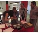 Personas manipulando elementos antiguos de escritura braille