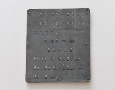 Tablilla de comunicación de sordociegos en braille