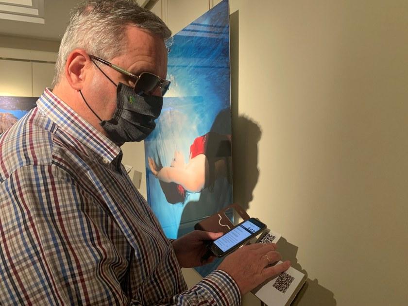 Una persona ciega utiliza el móvil para acceder a la pieza musical