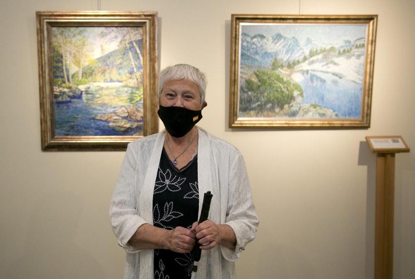 La artista entre dos de sus cuadros